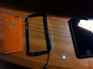 (左から)TrunketWood iPhone 5 Skin-Hickory,CLEAVE ALUMINUM BUMPER (ミッドナイトブルー) ,SPIGEN SGP iPhone5/5S/5C シュタインハイル GLAS / GLAS.t シリーズ,SPIGEN SGP アルミニウム ホームボタン
