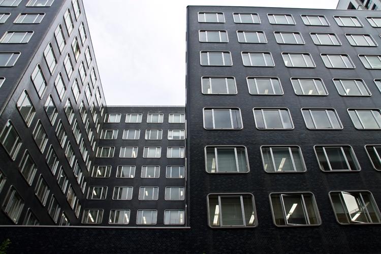 同じような窓のビル