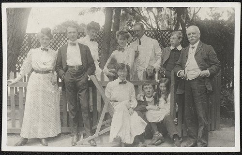当たり前のことがないという辛さ photo credit: Portrait of the Lindsay family, ca. 1900 via photopin (license)