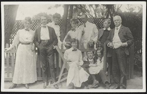 当たり前のことがないという辛さ photo credit: Portrait of the Lindsay family, ca. 1900 via photopin (license)